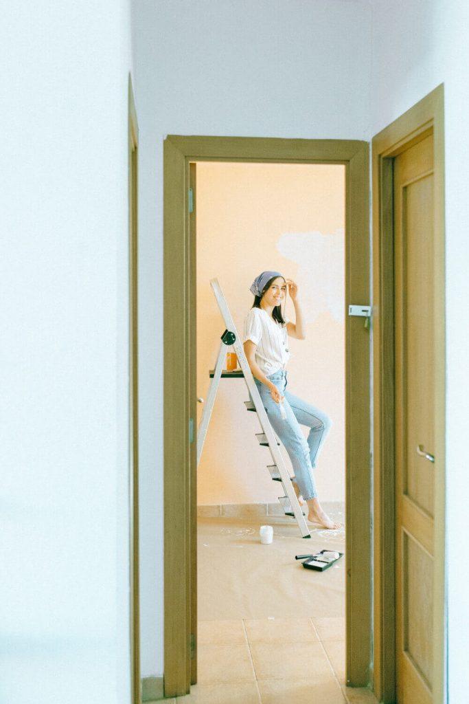 Момиче на стълба и ремонт